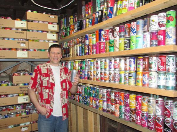 Коллекция из 4000 банок с различными напитками