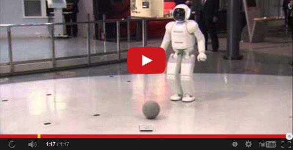 Барак Абама играет в мячик с японским роботом