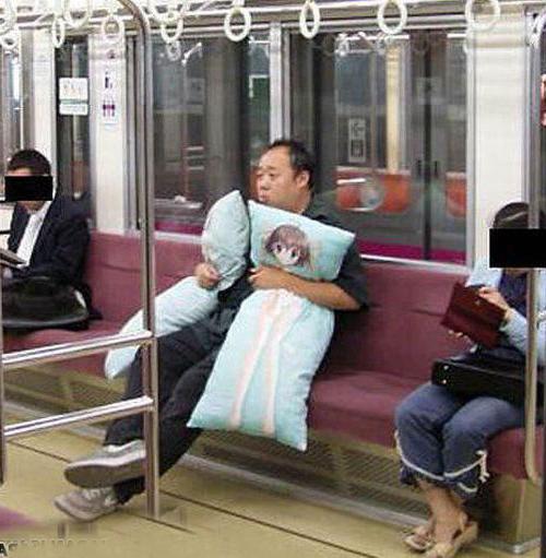 Одинокий мужчина с подушками как на первой картинке :)