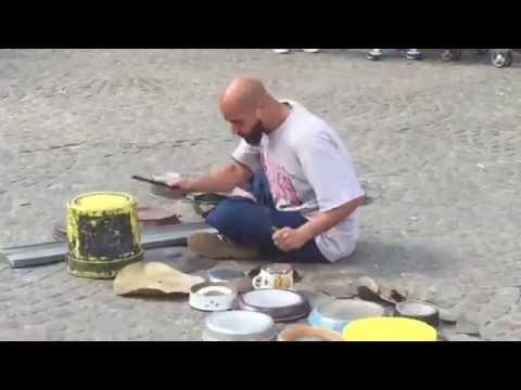 Безбашенный барабанщик играет на всем кастрюлях, железках, банках. Очень круто!