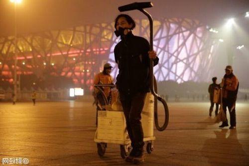 Художник из Китая ходил по Пекину и пылесосил воздух!