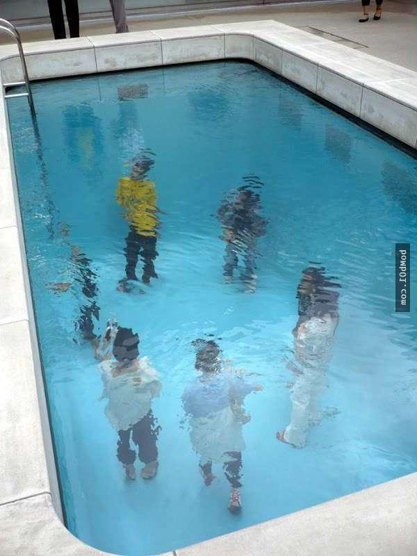Люди стоят на дне бассейна