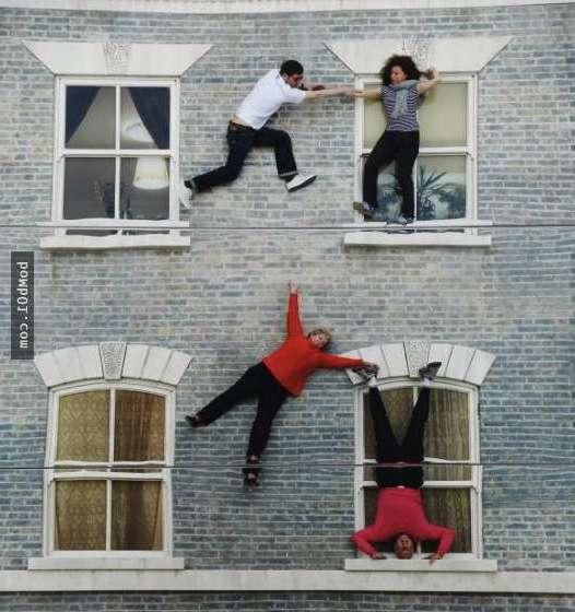 Люди ходят по стенам дома - Инсталляция Линдро